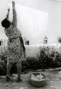 bl000583-Dimitra-Lionda-hanging-up-the-wash